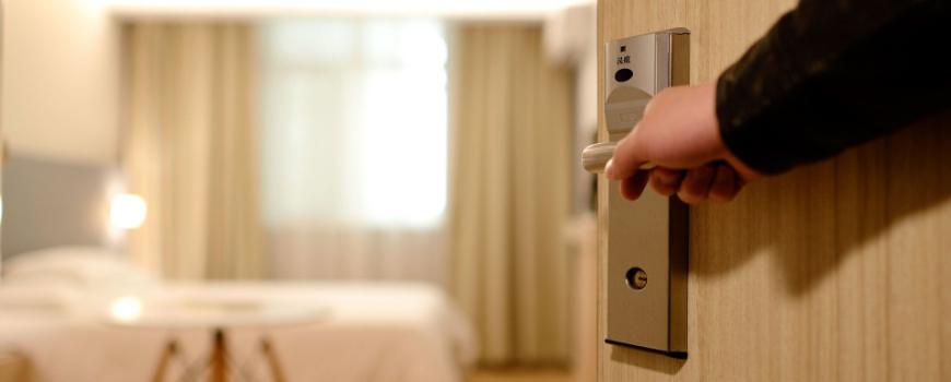 guia-de-pautas-basicas-de-atencion-a-los-clientes-con-discapacidad-en-el-entorno-hotelero-870x350